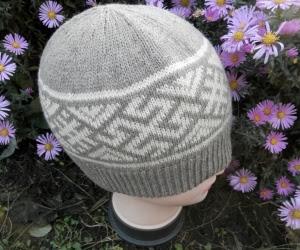 Вязаная шапка с орнаментом